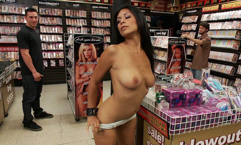 fotki-porno-na-ulitse-ili-v-magazine-spermu-zhopi-transa